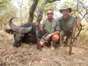 Buffle et Guy Gillet safari chasse Cameroun